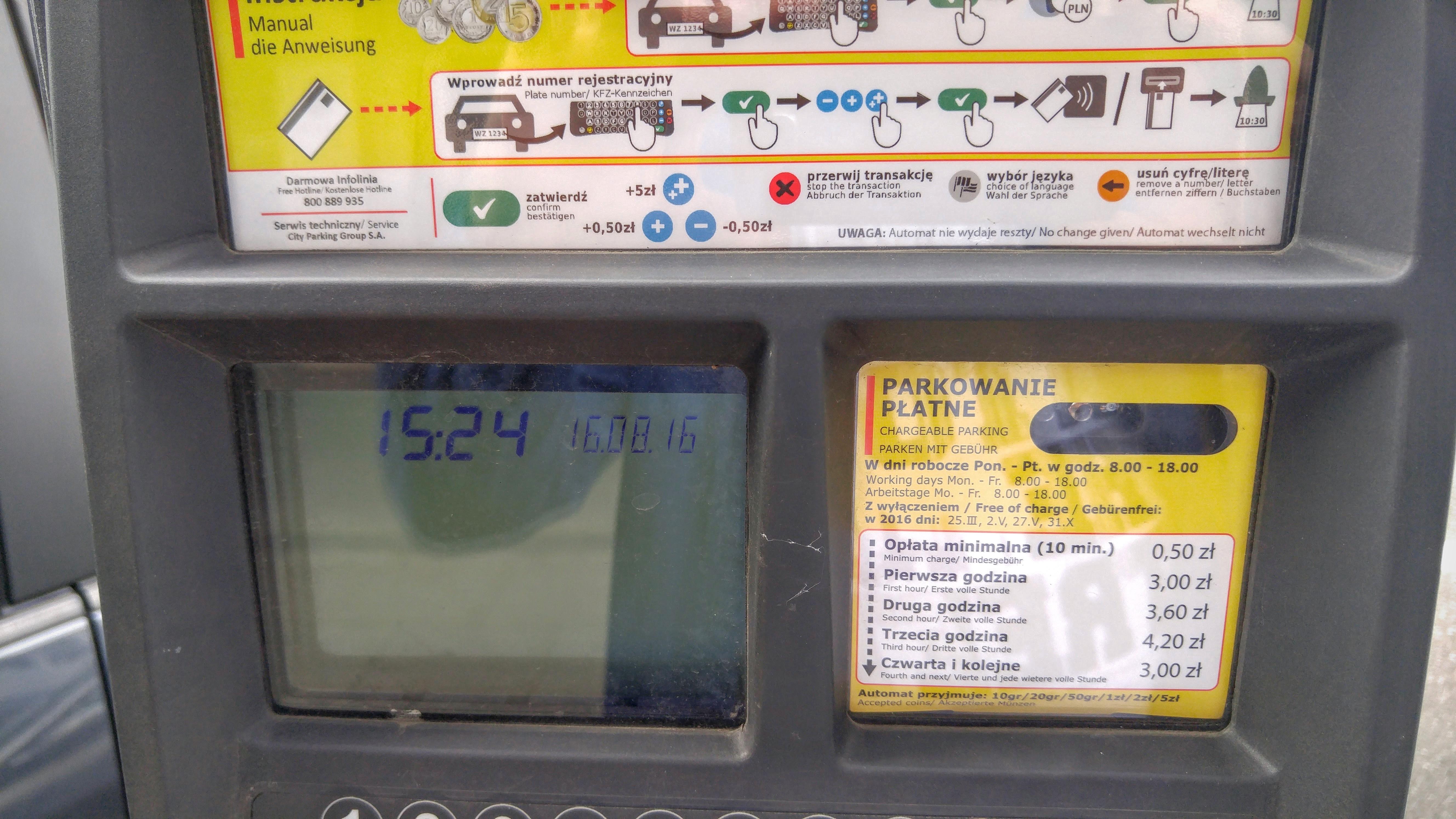 Во всех польских инструкциях, как и на этом паркомате, бесконтактные способы оплаты выводятся на первый план