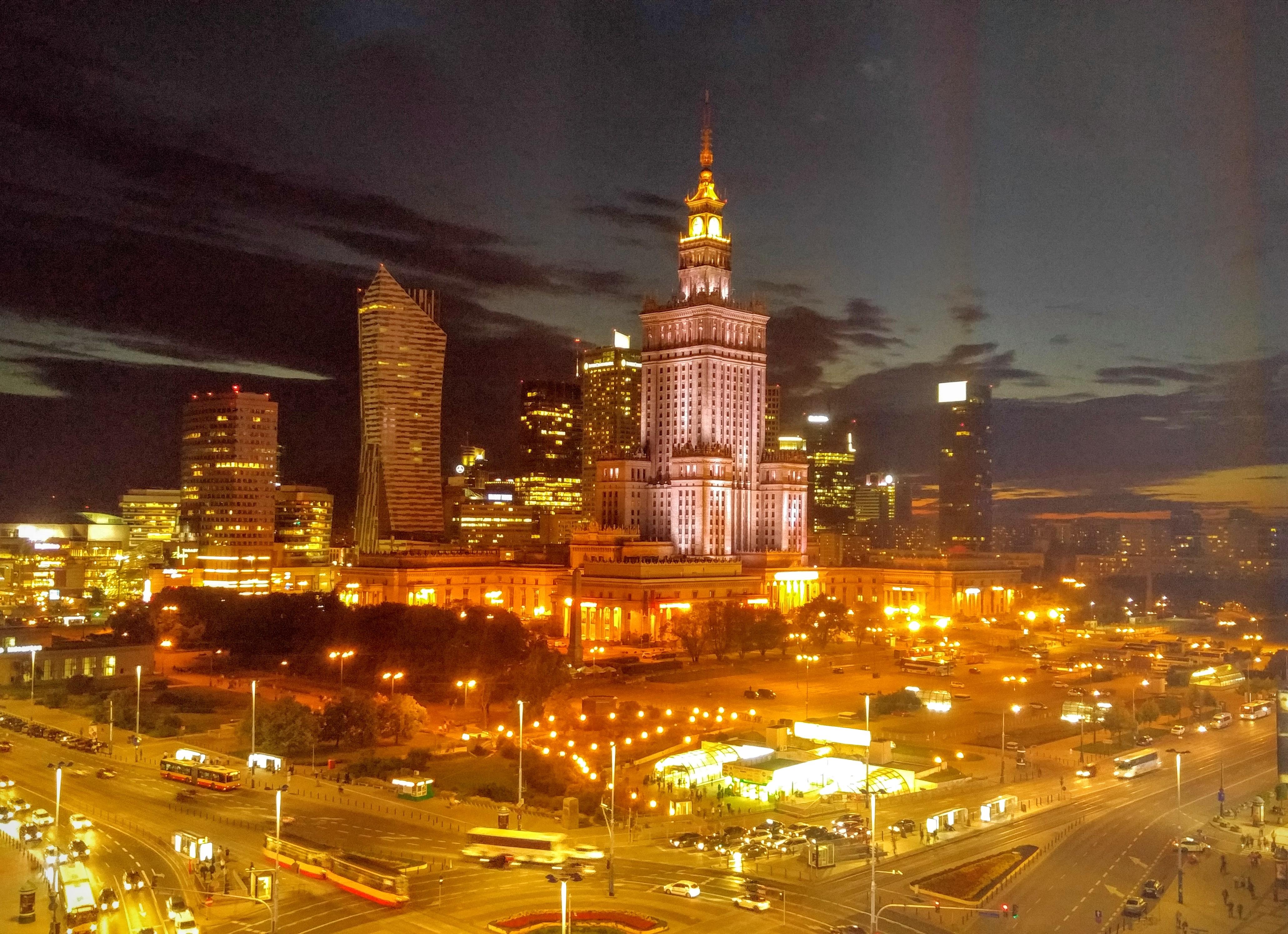 Варшава, столица Польши, страны победивших бесконтактных банковских технологий