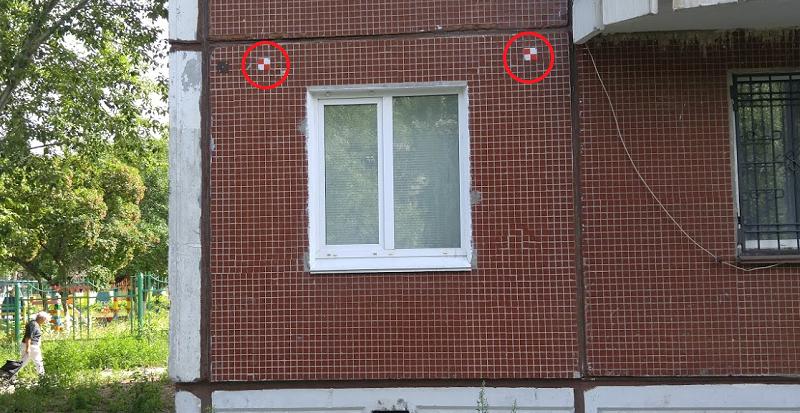 Метки для мониторинга «ногами» размещаются на стенах дома (отмечены красными кругами)