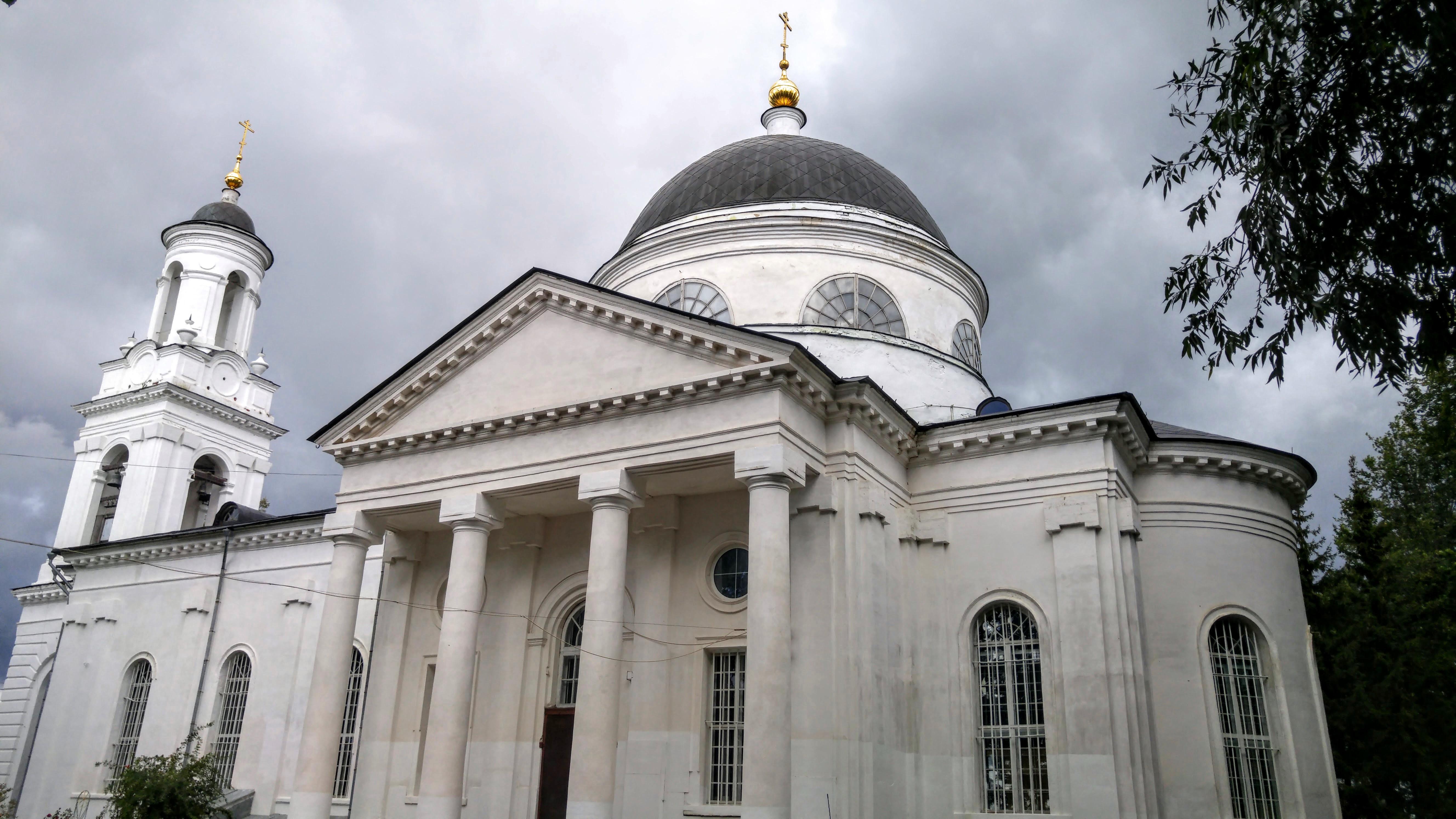 Здание храма спроектировано неизвестным архитектором, но понятно, что он впечатлялся передовыми проектами того времени - колонны, купол, башня. Нечто подобное мы уже видели в Торжке и других подмосковных городках