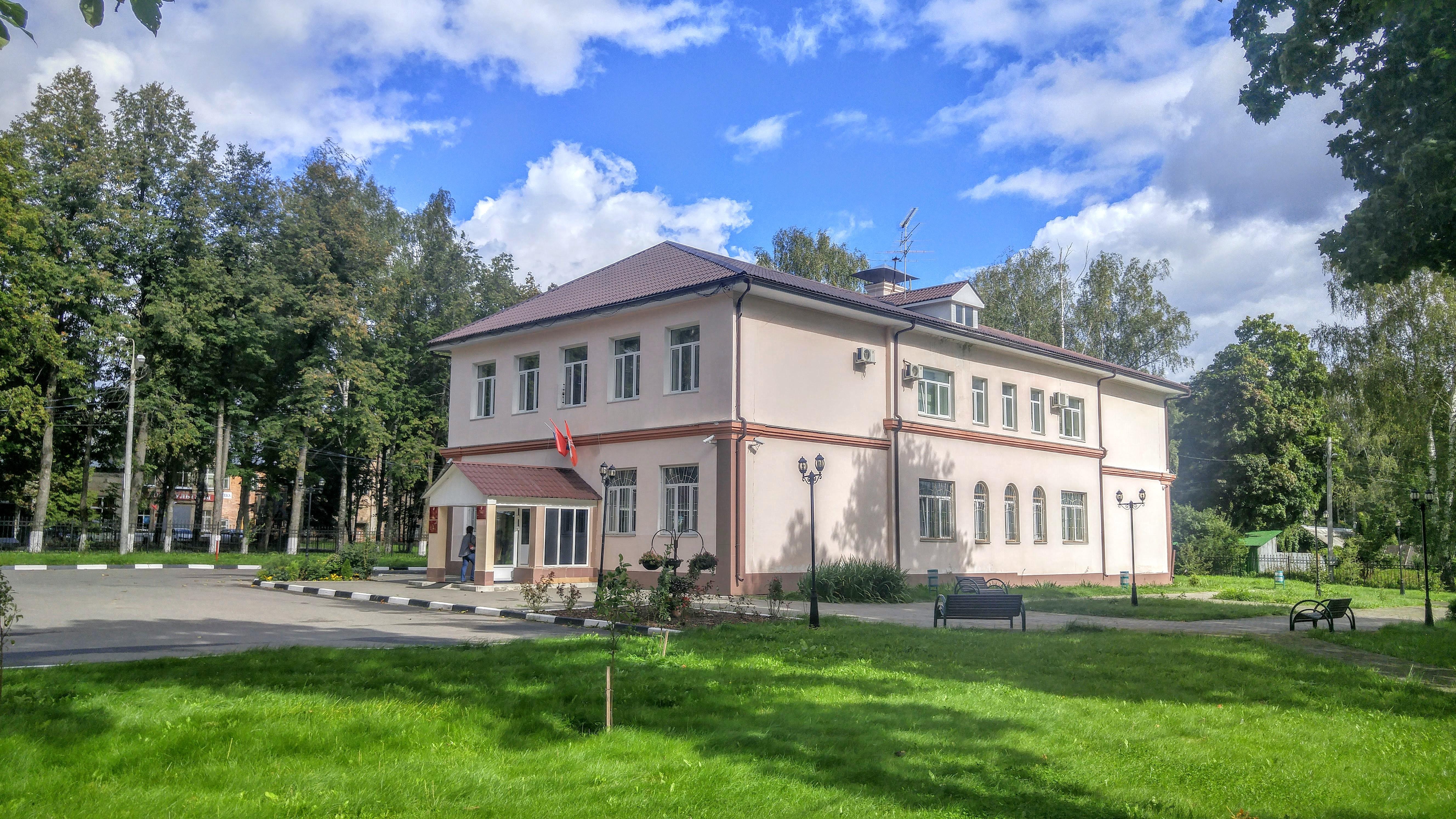 В бывшем здании земской школы, которую построили одни из хозяев усадьбы, сегодня располагается городская администрация
