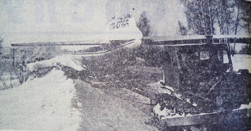 Зима 1978 года, транспортировка самолета из аэропорта Новосибирска в пионерский лагерь под Заварзино. Фото из ЖЖ avro-live, отсканировал Юрий Мушихин