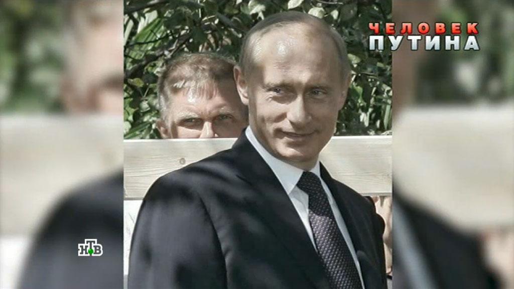 Андрей Колесников (на заднем плане) давно стал пресс-тенью Владимира Путина. И это очень круто