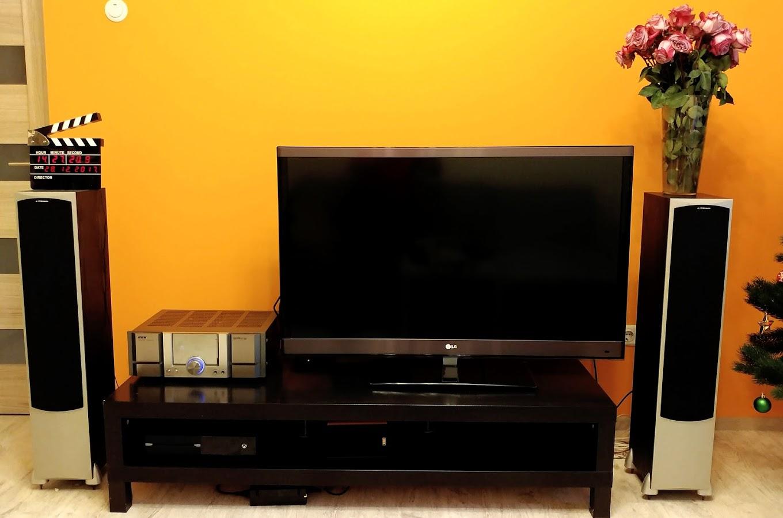 После оптимизации пространства помимо колонок остались лишь телевизор, ресивер, тв-приставка, xbox да спрятавшийся за телевизором сабвуфер.