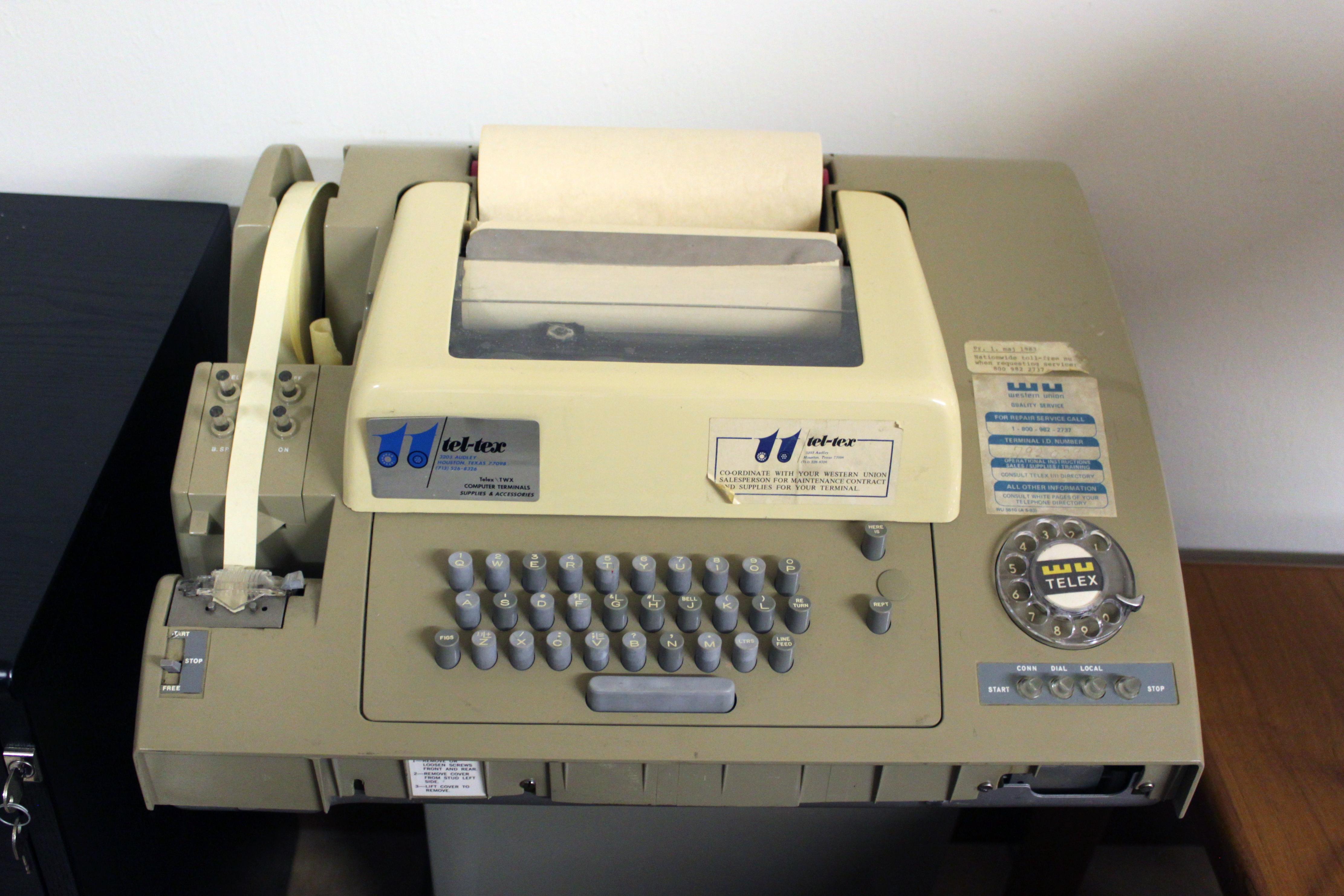 Телетайп. Слева - полоска с входящими телеграмами. В том отделении стоял очень похожий агрегат